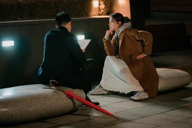 Jung Hae In xoa đầu và ôm ấp Son Ye Jin tình thế này, không thể tin đây chỉ là hậu trường! - Ảnh 6.