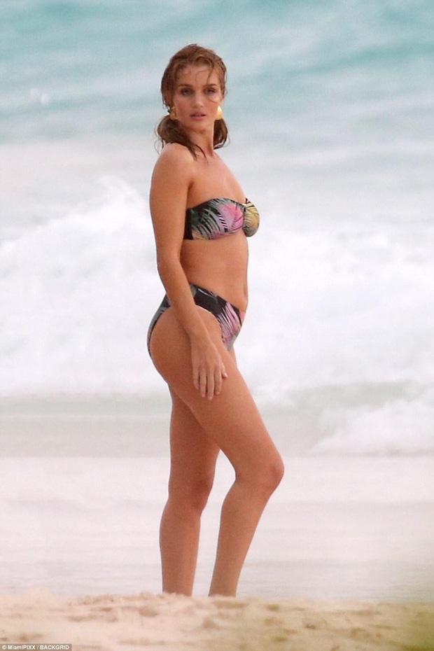 Cựu thiên thần Victorias Secret hớ hênh vòng 1, lộ eo ngấn mỡ trên bãi biển - Ảnh 4.