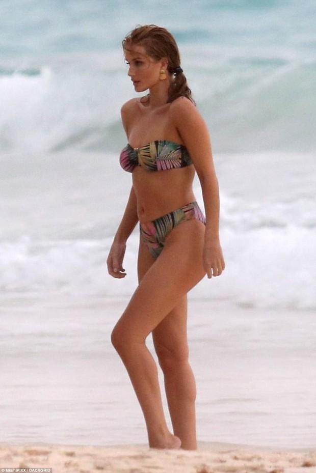 Cựu thiên thần Victorias Secret hớ hênh vòng 1, lộ eo ngấn mỡ trên bãi biển - Ảnh 5.