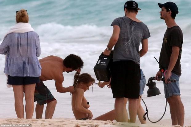 Cựu thiên thần Victorias Secret hớ hênh vòng 1, lộ eo ngấn mỡ trên bãi biển - Ảnh 1.