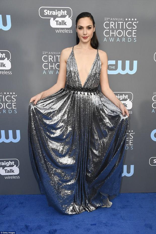 Cuộc chiến nhan sắc không cân sức giữa Angelina Jolie, Wonder Woman và dàn mỹ nhân trên thảm xanh - Ảnh 7.