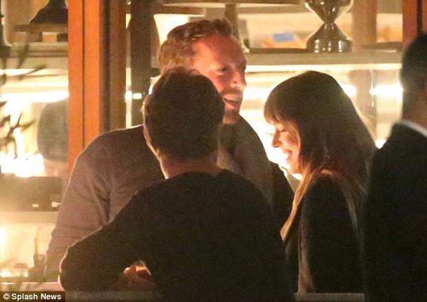 Mỹ nhân 50 Sắc Thái công khai hẹn hò trưởng nhóm Coldplay, trở thành cặp đôi quyền lực mới của showbiz - Ảnh 1.