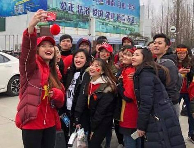 CĐV Việt Nam tại Trung Quốc vượt hàng trăm cây số để cổ vũ cho đội tuyển U23 Việt Nam trước trận đấu lịch sử với Qatar - Ảnh 2.