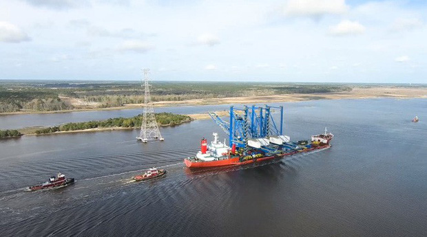 Hóa ra đây là cách đội ngũ kỹ sư Mỹ xử lý khi đường dây điện cao thế thấp hơn tàu chở hàng - Ảnh 1.
