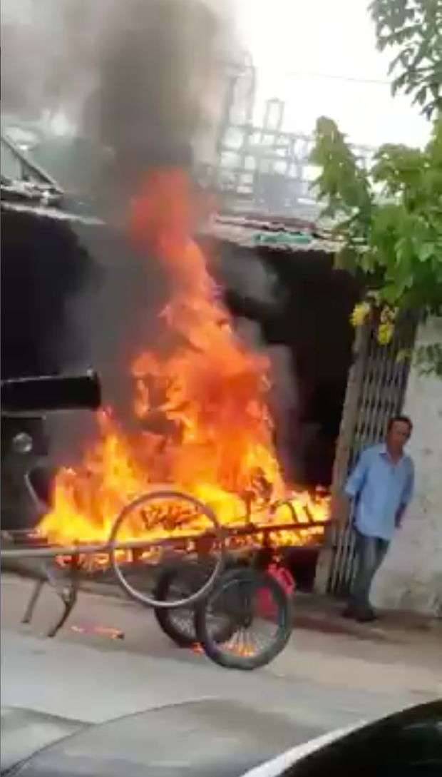 Cà Mau: Xe kéo đỗ chắn cửa, chủ nhà đổ dầu châm lửa đốt luôn - Ảnh 2.