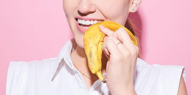 6 mẹo giúp bạn sở hữu hàm răng trắng sáng tự nhiên như Meghan Markle - Ảnh 2.