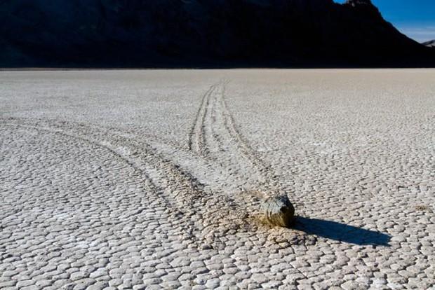 Bí ẩn hàng thập kỷ về hòn đá tự lăn ở Thung lũng Chết có thể đã tìm ra lời giải - Ảnh 2.