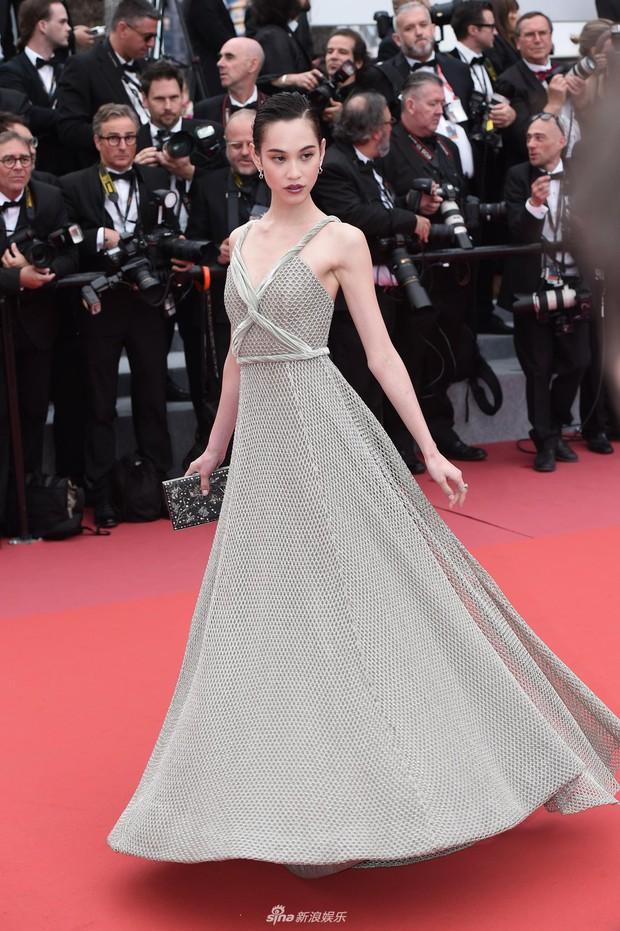 Thảm đỏ LHP Cannes ngày 2: Bồ cũ G-Dragon lộ vòng 1 lép kẹp, lu mờ trước sao nữ ngực khủng làm trò lố - Ảnh 2.