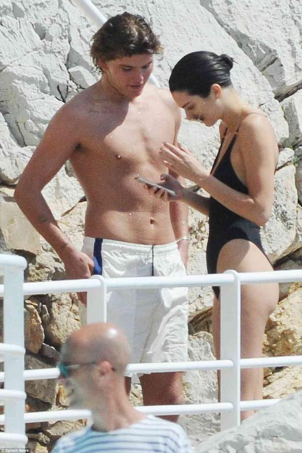 Diện áo tắm khoét hông cao táo bạo, Kendall Jenner khoe body cực gợi cảm tại Cannes - Ảnh 12.
