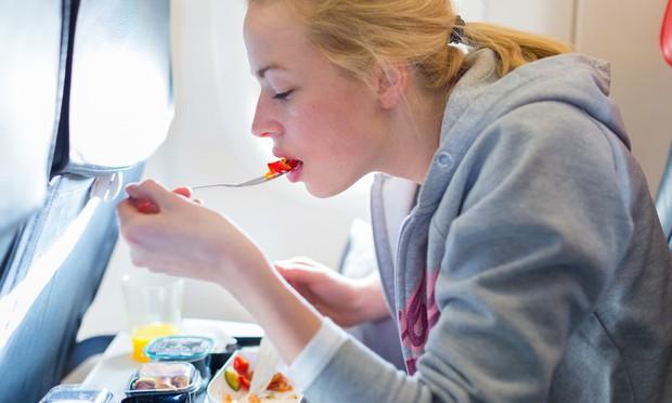 Suất ăn trên máy bay của bạn ngon hay dở hóa ra phụ thuộc vào những yếu tố này - Ảnh 3.