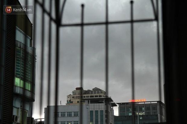 Sau bao ngày nắng nóng đổ lửa, Hà Nội đã có mưa trên diện rộng - Ảnh 1.
