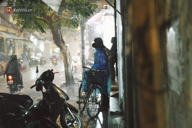 Sau bao ngày nắng nóng đổ lửa, Hà Nội đã có mưa trên diện rộng - Ảnh 12.
