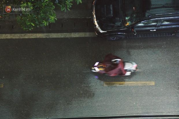 Sau bao ngày nắng nóng đổ lửa, Hà Nội đã có mưa trên diện rộng - Ảnh 13.
