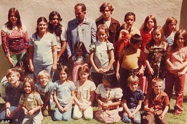 """Vụ bắt cóc tập thể chấn động nhất nước Mỹ: 26 đứa trẻ bị chôn sống 16 giờ trong một """"cỗ quan tài"""" khổng lồ - Ảnh 1."""