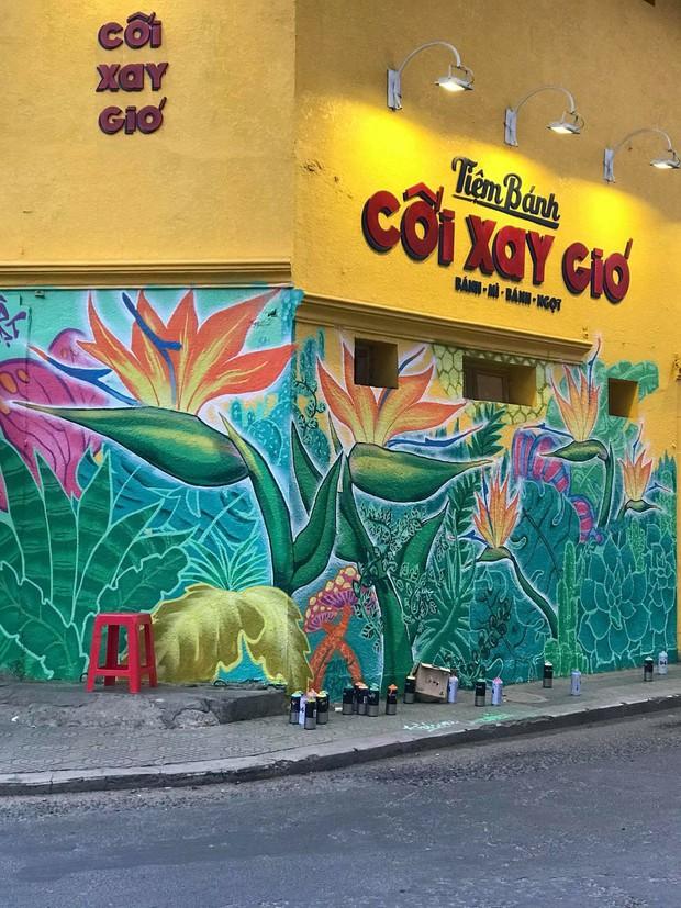 Bức tường vàng Cối Xay Gió Đà Lạt biến thành tranh hoa lá, cứ tưởng bị vẽ bậy nhưng sự thật khiến ai cũng bất ngờ - Ảnh 6.