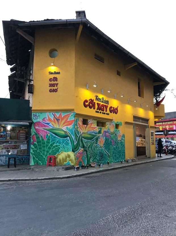 Bức tường vàng Cối Xay Gió Đà Lạt biến thành tranh hoa lá, cứ tưởng bị vẽ bậy nhưng sự thật khiến ai cũng bất ngờ - Ảnh 5.