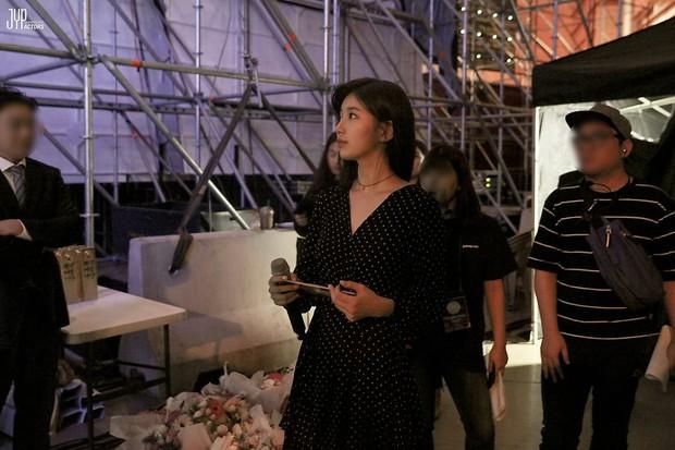 Hình hậu trường nóng hổi của Suzy tại Baeksang: Sải bước ở hầm để xe mà sang như bà hoàng, đẹp hơn cả đi thảm đỏ - Ảnh 2.