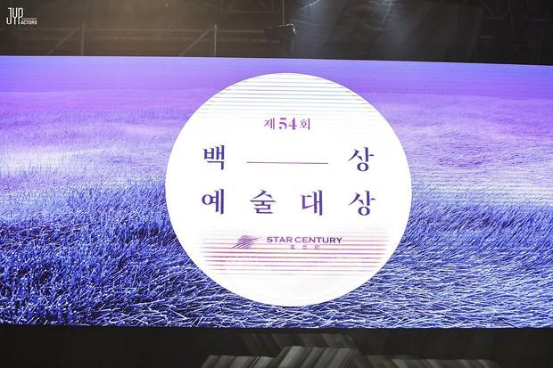 Hình hậu trường nóng hổi của Suzy tại Baeksang: Sải bước ở hầm để xe mà sang như bà hoàng, đẹp hơn cả đi thảm đỏ - Ảnh 1.