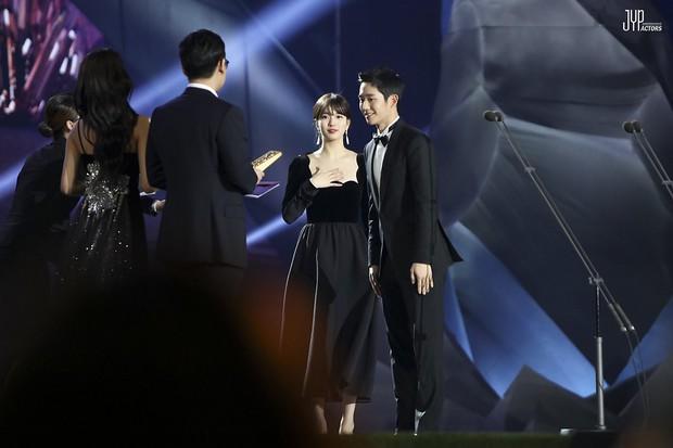 Hình hậu trường nóng hổi của Suzy tại Baeksang: Sải bước ở hầm để xe mà sang như bà hoàng, đẹp hơn cả đi thảm đỏ - Ảnh 25.