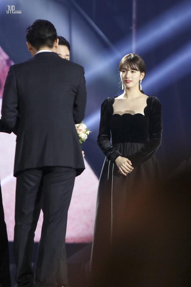 Hình hậu trường nóng hổi của Suzy tại Baeksang: Sải bước ở hầm để xe mà sang như bà hoàng, đẹp hơn cả đi thảm đỏ - Ảnh 26.