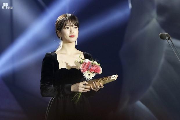 Hình hậu trường nóng hổi của Suzy tại Baeksang: Sải bước ở hầm để xe mà sang như bà hoàng, đẹp hơn cả đi thảm đỏ - Ảnh 27.