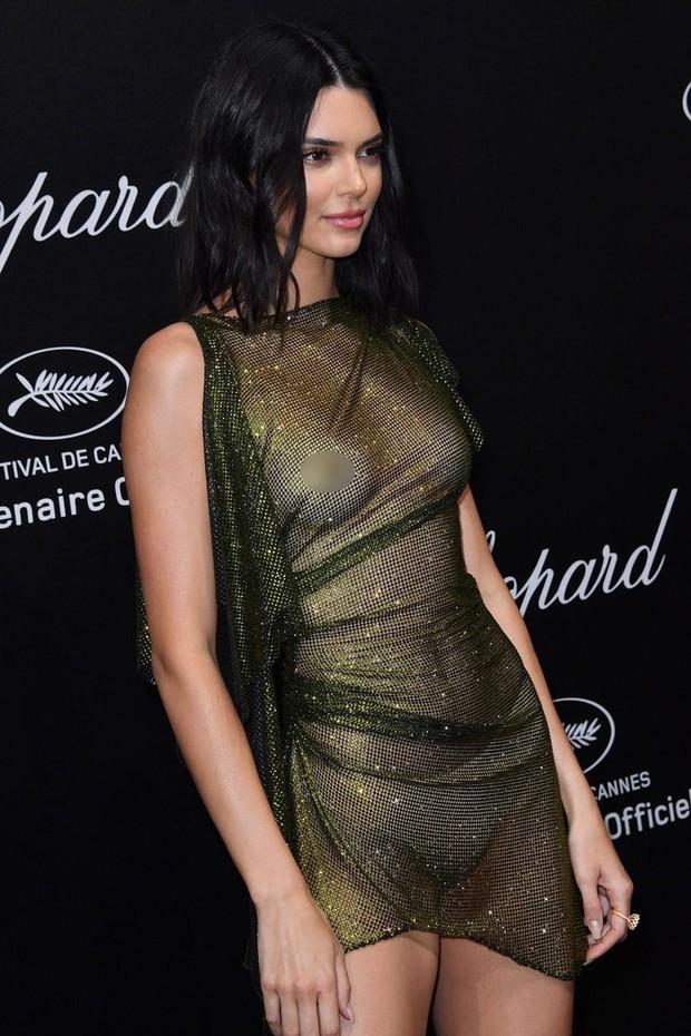 LHP Cannes: Kendall Jenner mặc đồ gần như bán nude, hở hết vòng 1 đi dự sự kiện - Ảnh 1.