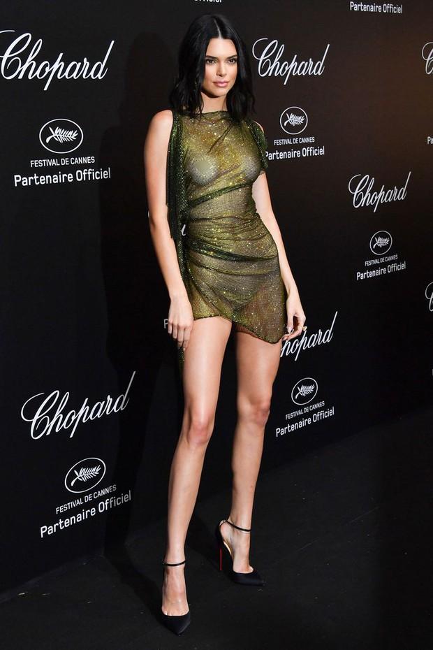 LHP Cannes: Kendall Jenner mặc đồ gần như bán nude, hở hết vòng 1 đi dự sự kiện - Ảnh 2.