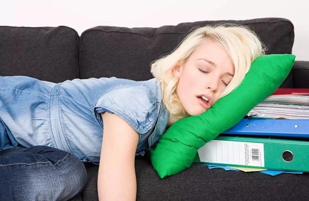 Ôn thi căng thẳng đến đâu cũng đừng mắc phải 5 thói quen vừa hại não, vừa hại da sau - Ảnh 2.
