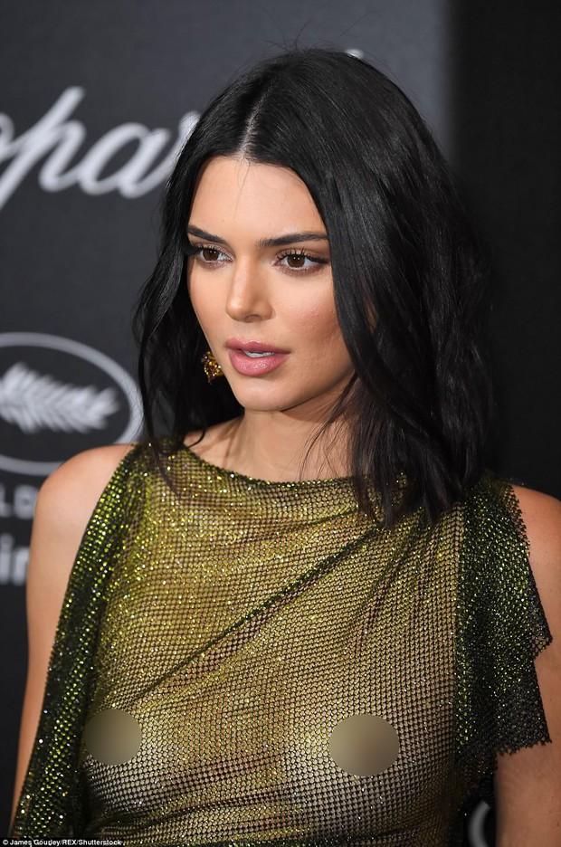 LHP Cannes: Kendall Jenner mặc đồ gần như bán nude, hở hết vòng 1 đi dự sự kiện - Ảnh 3.
