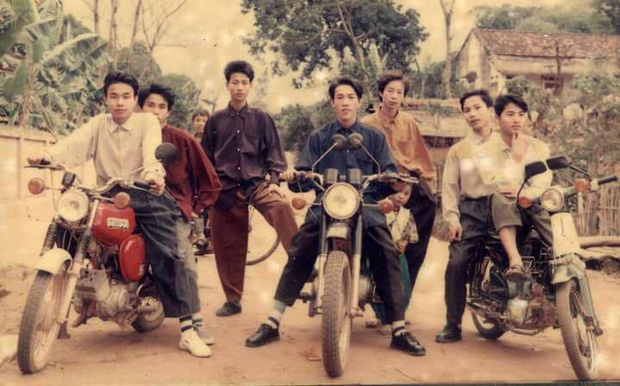 Hội Rich Kids thập niên 90 sáng nhất hôm nay: Ai cũng phối đồ đi trước thời đại, khoe cả dàn mô tô xịn sò - Ảnh 1.