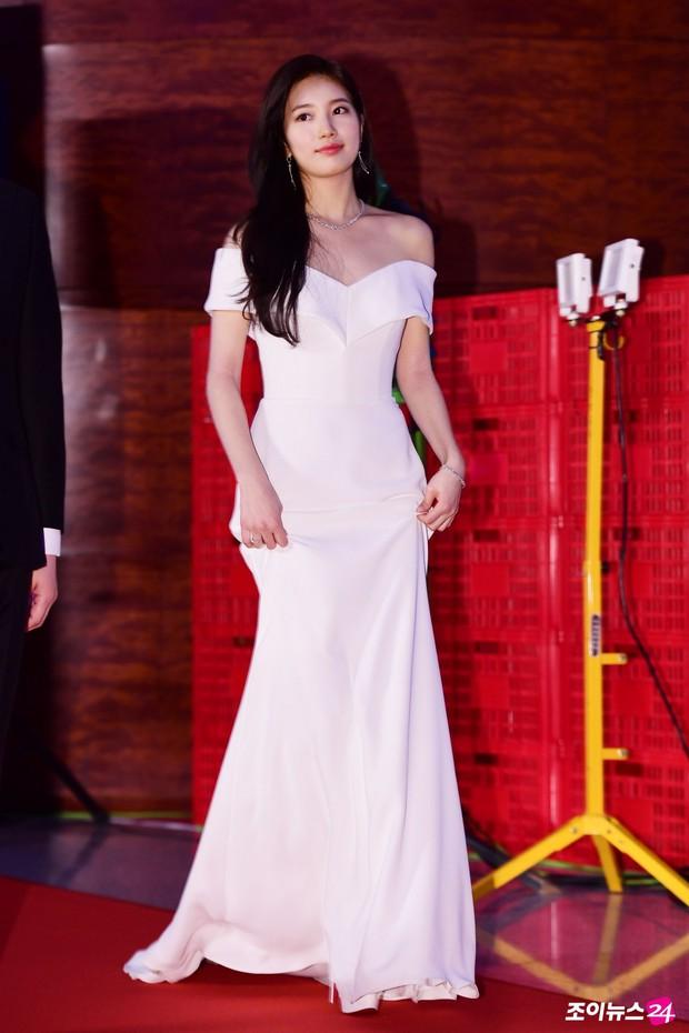 Hình hậu trường nóng hổi của Suzy tại Baeksang: Sải bước ở hầm để xe mà sang như bà hoàng, đẹp hơn cả đi thảm đỏ - Ảnh 33.