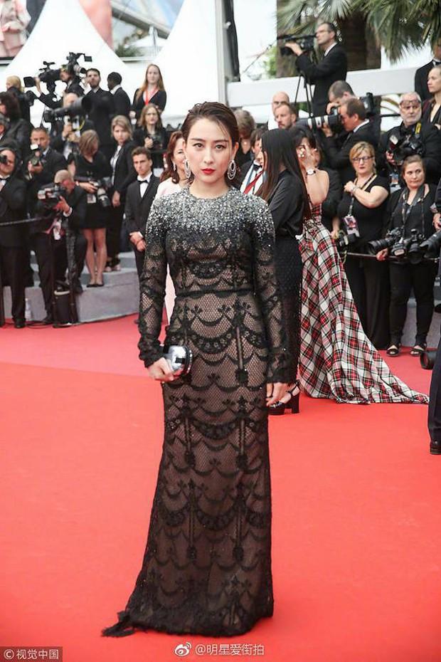 Ảnh tự chụp thì ảo diệu, nhưng ảnh thảm đỏ của Tú bà Cbiz Mã Tô tại Cannes lại quá khác - Ảnh 5.