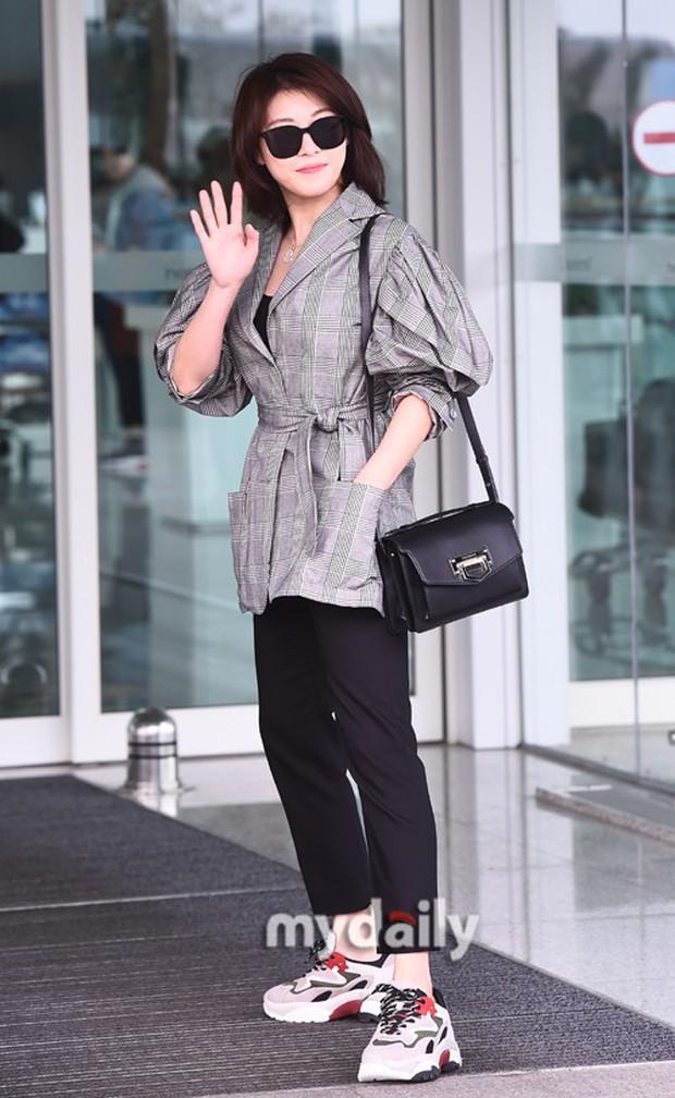 3 sao nữ hạng A xứ Hàn đổ bộ sân bay: Suzy diện đồ thùng thình vẫn đẹp là thế, Yuri lại xuống sắc già nua khó tin - Ảnh 19.