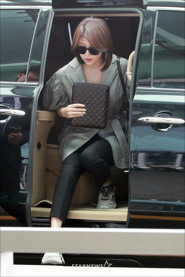 3 sao nữ hạng A xứ Hàn đổ bộ sân bay: Suzy diện đồ thùng thình vẫn đẹp là thế, Yuri lại xuống sắc già nua khó tin - Ảnh 17.