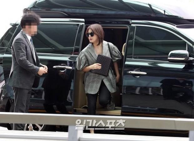 3 sao nữ hạng A xứ Hàn đổ bộ sân bay: Suzy diện đồ thùng thình vẫn đẹp là thế, Yuri lại xuống sắc già nua khó tin - Ảnh 16.