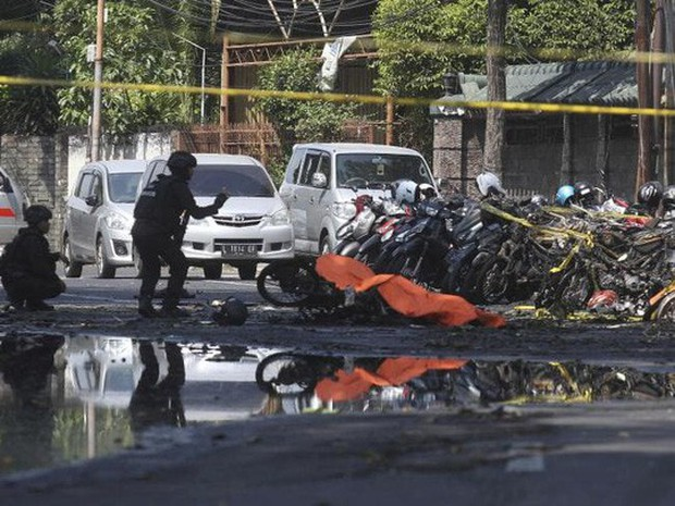 Đánh bom tự sát đẫm máu ở Indonesia, 41 người thương vong - Ảnh 1.