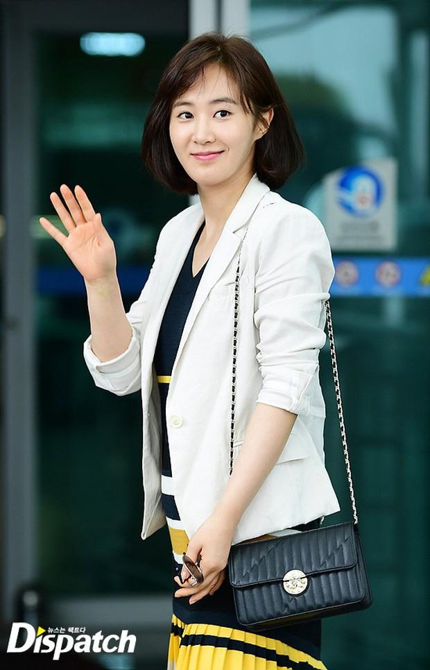 3 sao nữ hạng A xứ Hàn đổ bộ sân bay: Suzy diện đồ thùng thình vẫn đẹp là thế, Yuri lại xuống sắc già nua khó tin - Ảnh 14.