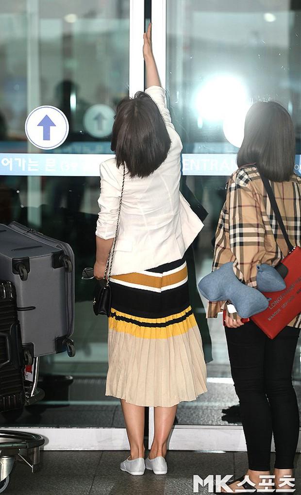 3 sao nữ hạng A xứ Hàn đổ bộ sân bay: Suzy diện đồ thùng thình vẫn đẹp là thế, Yuri lại xuống sắc già nua khó tin - Ảnh 15.