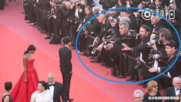 Lần đầu đến Cannes, Hoàng Tử Thao bị phóng viên quốc tế xua đuổi phũ phàng vì đứng chắn mỹ nhân khác - Ảnh 5.