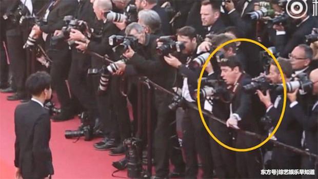 Lần đầu đến Cannes, Hoàng Tử Thao bị phóng viên quốc tế xua đuổi phũ phàng vì đứng chắn mỹ nhân khác - Ảnh 4.