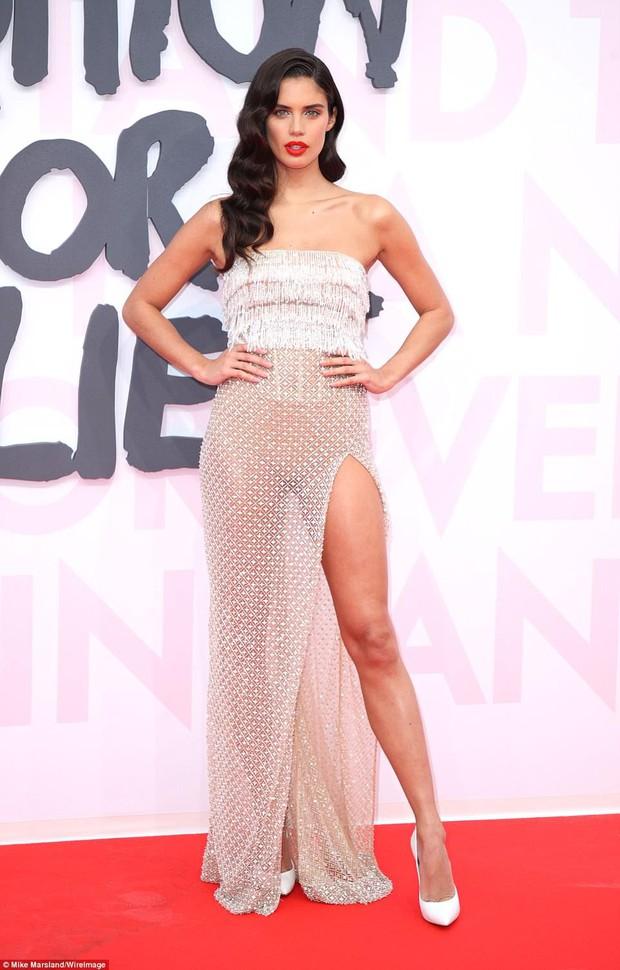Cuộc chiến nhan sắc tại Cannes: Paris Hilton U40 vẫn đẹp như công chúa, Kendall khoe chân dài quá sexy - Ảnh 13.