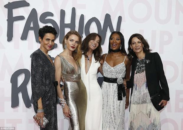 Cuộc chiến nhan sắc tại Cannes: Paris Hilton U40 vẫn đẹp như công chúa, Kendall khoe chân dài quá sexy - Ảnh 10.