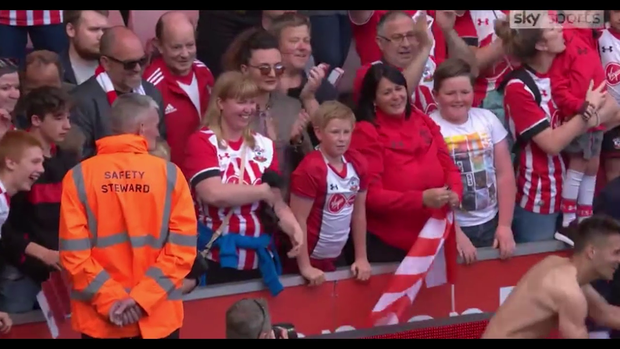 Sao Ngoại hạng Anh điển trai bất ngờ cởi quần tặng fan nữ - Ảnh 3.