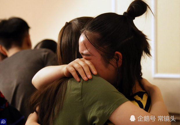 Học sinh cuối cấp ôm nhau khóc nức nở trong tiệc chia tay: Tạm biệt nhé, thanh xuân! - Ảnh 5.