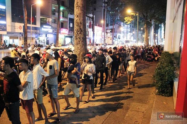 Hàng sữa tươi trân châu đường đen xếp hàng dài kinh hoàng ở Sài Gòn mấy ngày nay - Ảnh 3.