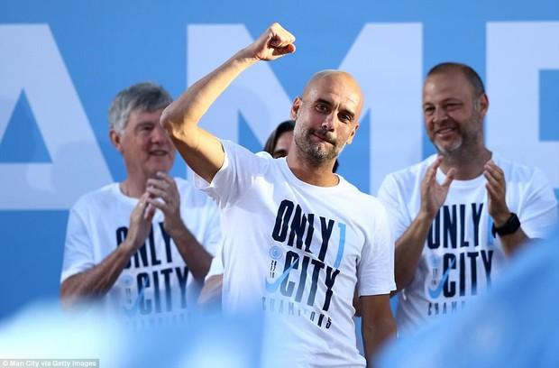 100.000 CĐV Man City xuống đường mừng chức vô địch của thầy trò Pep Guardiola - Ảnh 8.