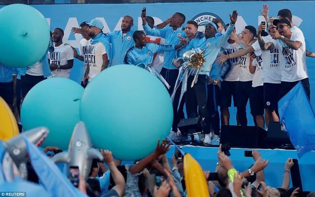 100.000 CĐV Man City xuống đường mừng chức vô địch của thầy trò Pep Guardiola - Ảnh 9.