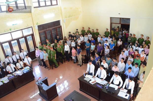Xét xử vụ chạy thận 8 người tử vong: BS Hoàng Công Lương không tin Viện kiểm sát và xin giữ quyền im lặng, người dân đồng loạt vỗ tay - Ảnh 3.