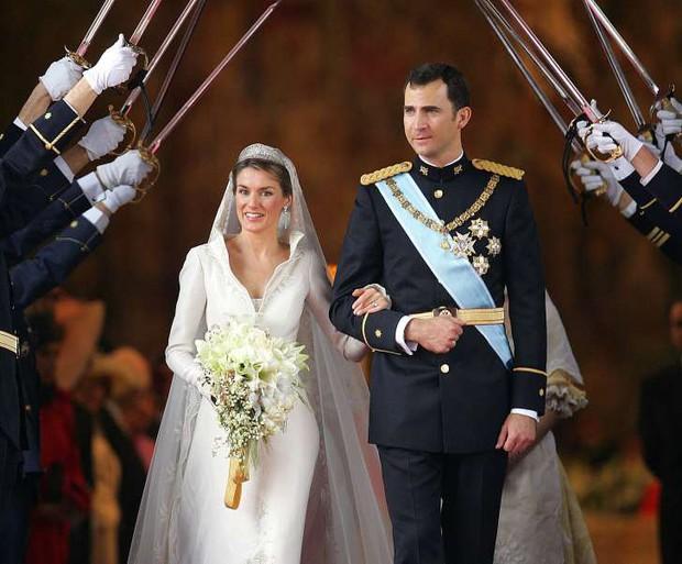 Không thể ngờ đây là món quà cho đám cưới hoàng gia: từ nhẹ nhàng áng thơ đến nặng trịch... 1 tấn than bùn! - Ảnh 8.