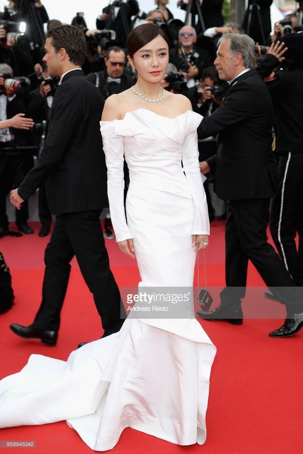 Thảm đỏ Cannes: Sao vô danh cosplay Michael Jackson, Jessica Jung ngốt ngát bên dàn siêu mẫu hạng A hở bạo - Ảnh 4.